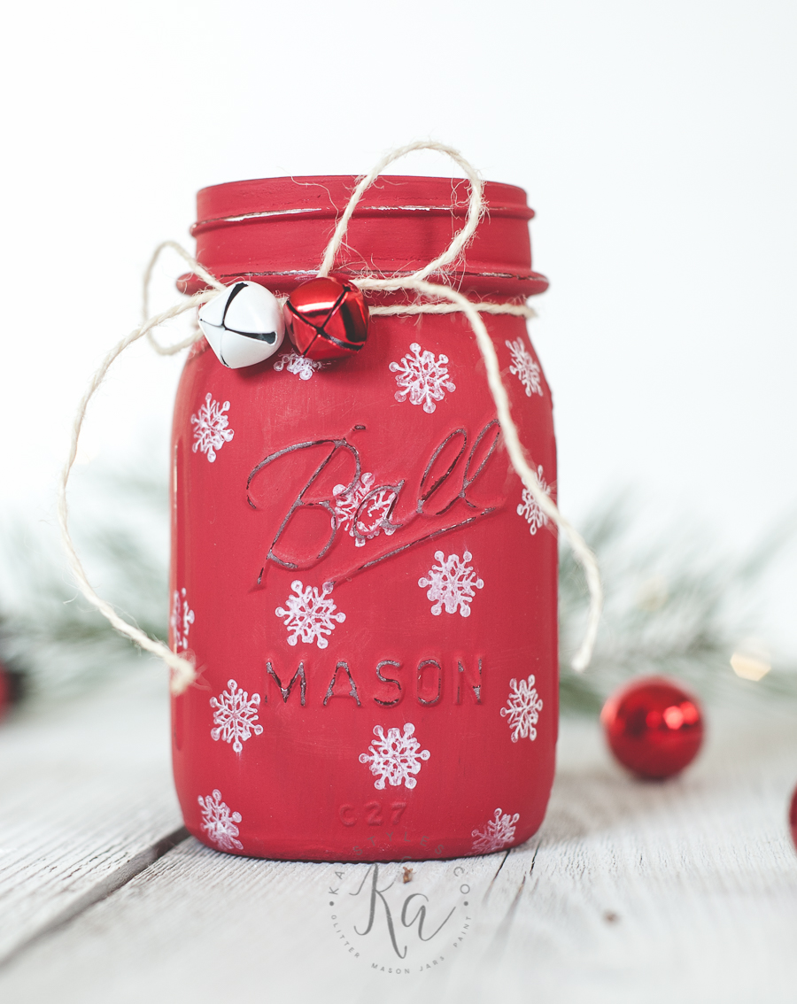 Oh my goodness this Christmas mason jar luminary is GORGEOUS!